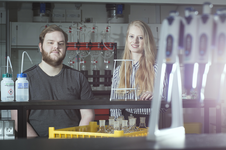 Lasse Jon Madsen og Michelle Berthelsen er begge blevet stærkere monofagligt af at arbejde tværfagligt til deres bachelorprojekt, fordi det tværfaglige samarbejde har tvunget dem til at forholde sig til, hvad de som ergoterapeuter kan bidrage med.