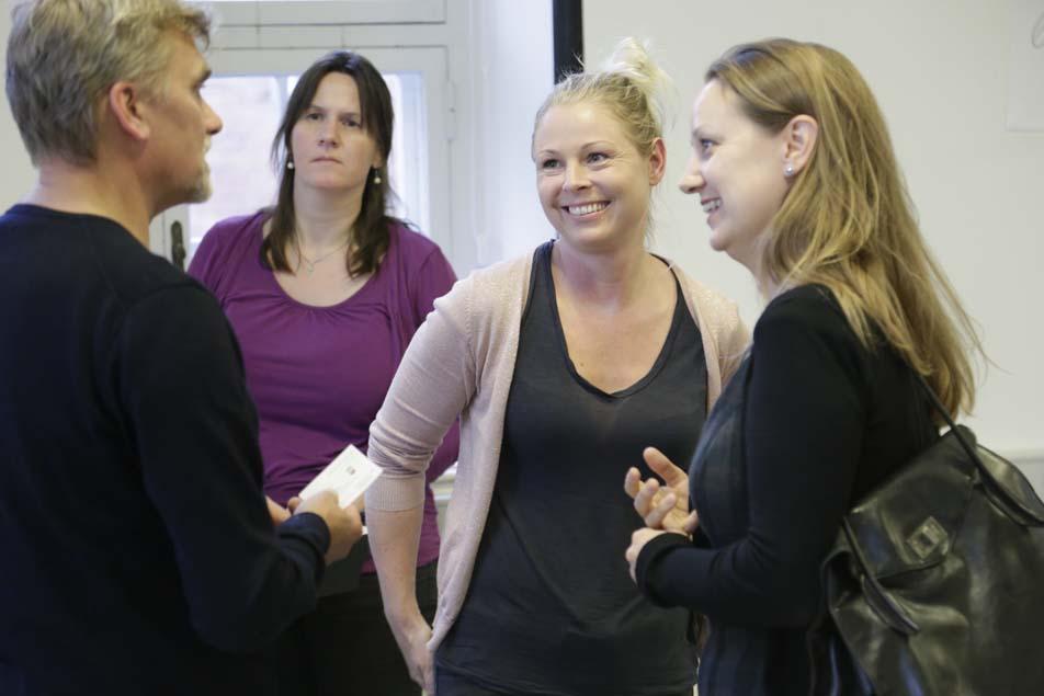 Ergoterapeuten, læreren og politikerne udveksler erfaringer.