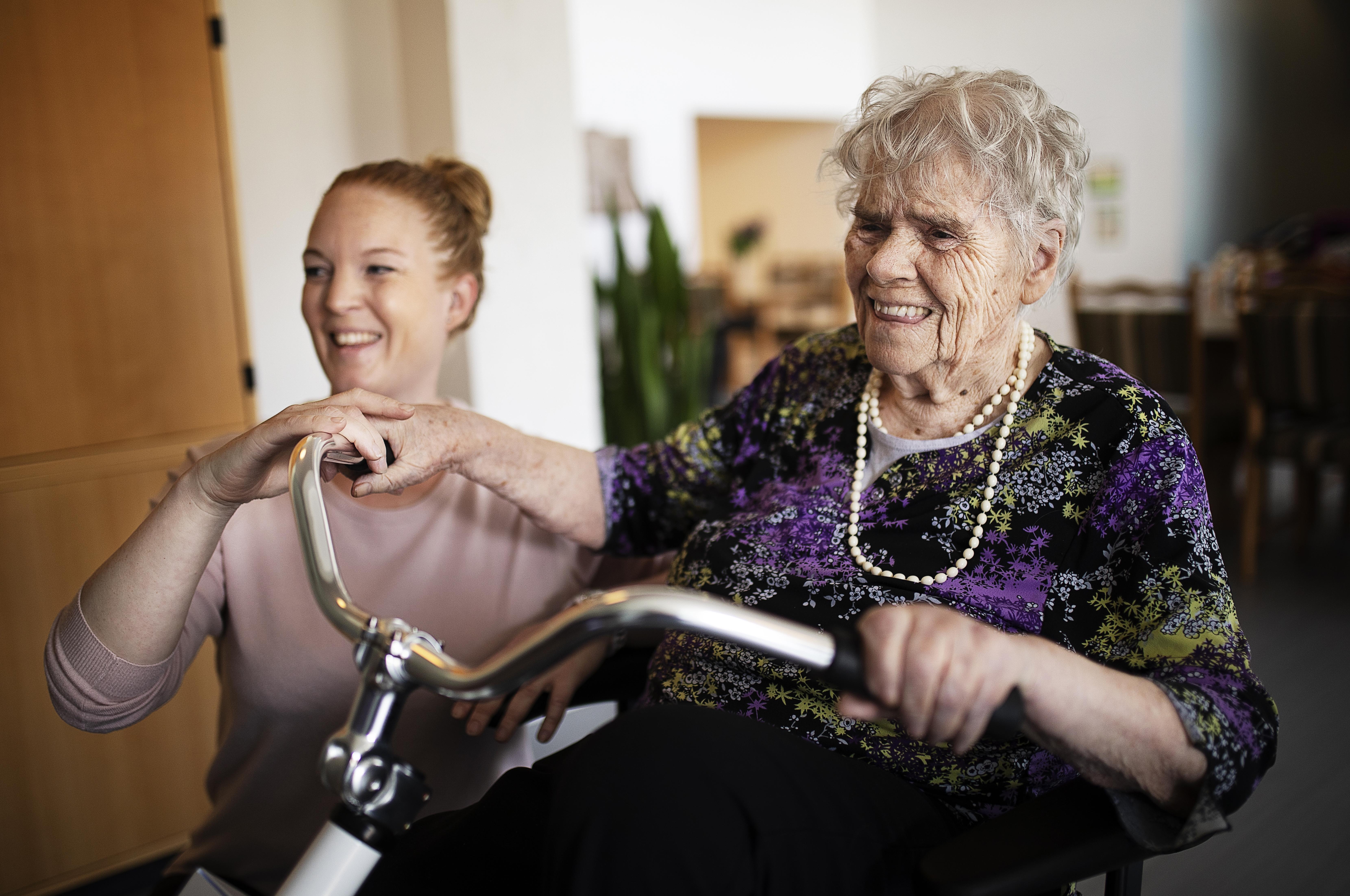 Aktivitetscyklen er en meningsfuld aktivitet for de ældre på Bo-enheden Kildebakken i Vissenbjerg. Her har ergoterapeut Anya Bæksted beboer Ellen Andersen på cyklen.