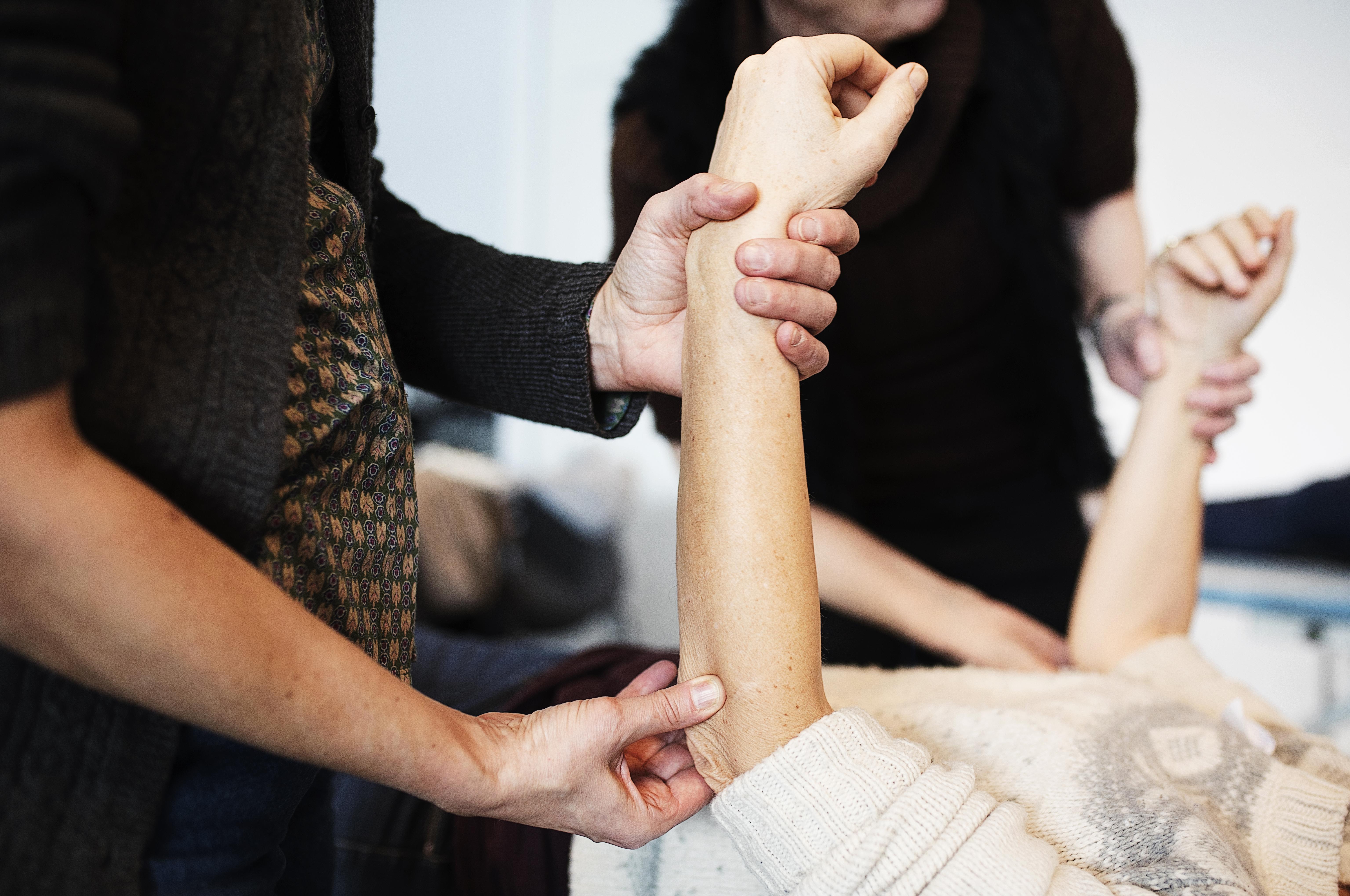 Kursisterne mærker efter de forskellige knoglestrukturer i albuen.