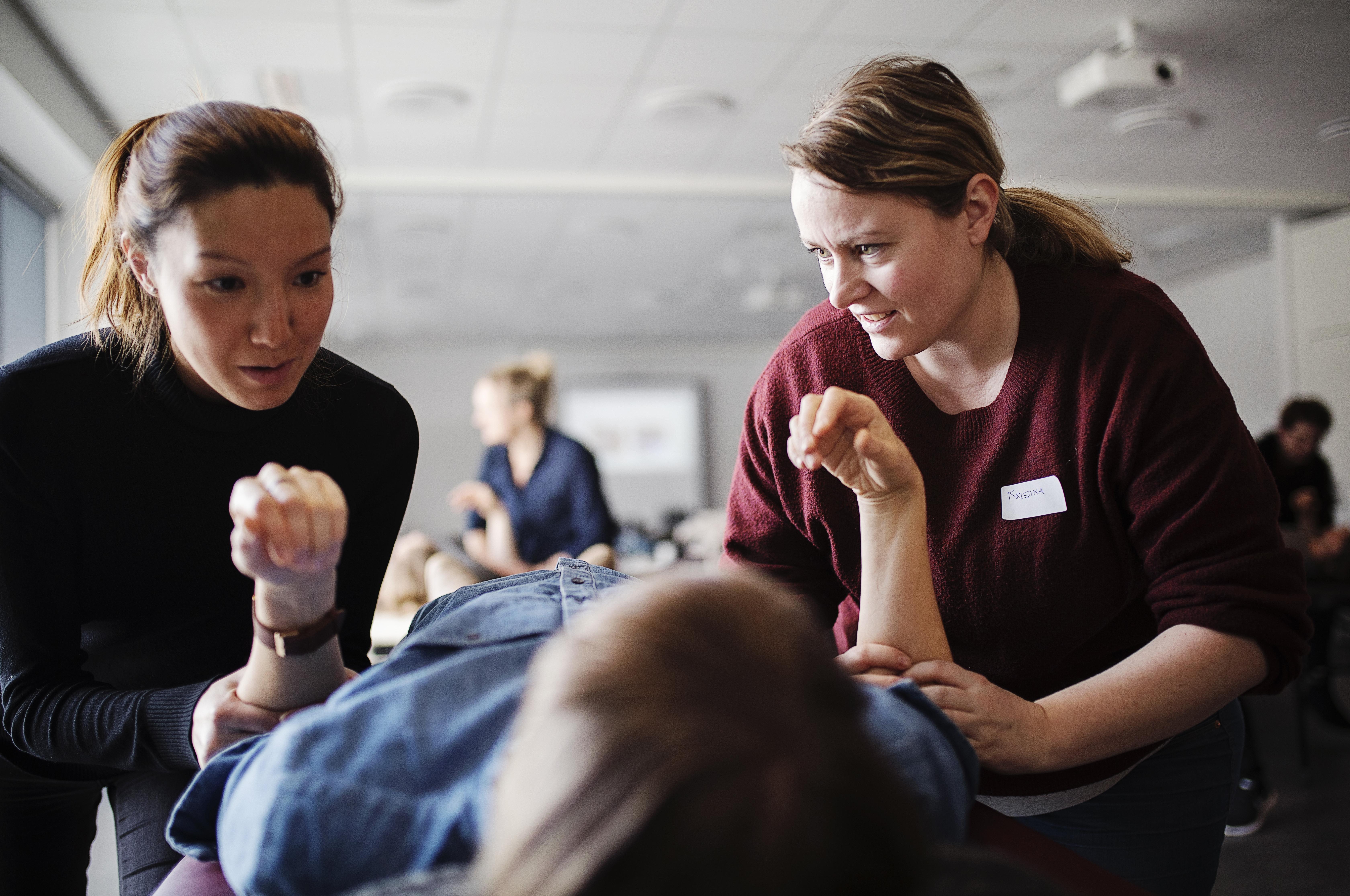 Der er fuldt hus, når DSF Håndterapi inviterer til albuekursus. Albuen ligger nemlig i gråzonen mellem fysioterapi og ergoterapi, og flere ergoterapeuter er usikre på, hvordan de bedst behandler en albue. På kurset lærer de nye undersøgelses- og behandlingsteknikker.