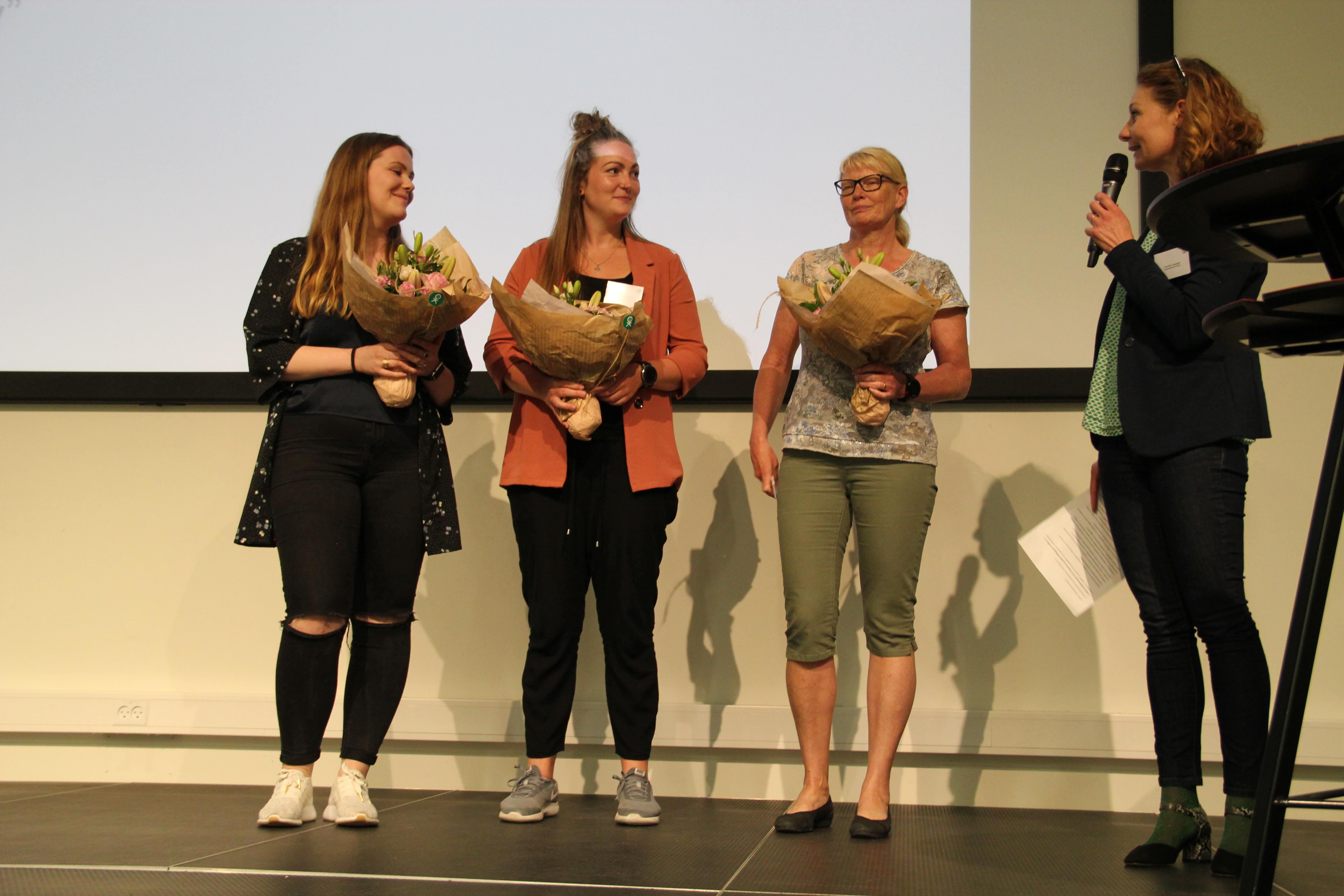 Vinderne af dette forårs bachelorpris: Cecilie Hildebrandt, Mie Kildegaard og Pia Thomsen får overrakt prisen af Tina Nør Langager..