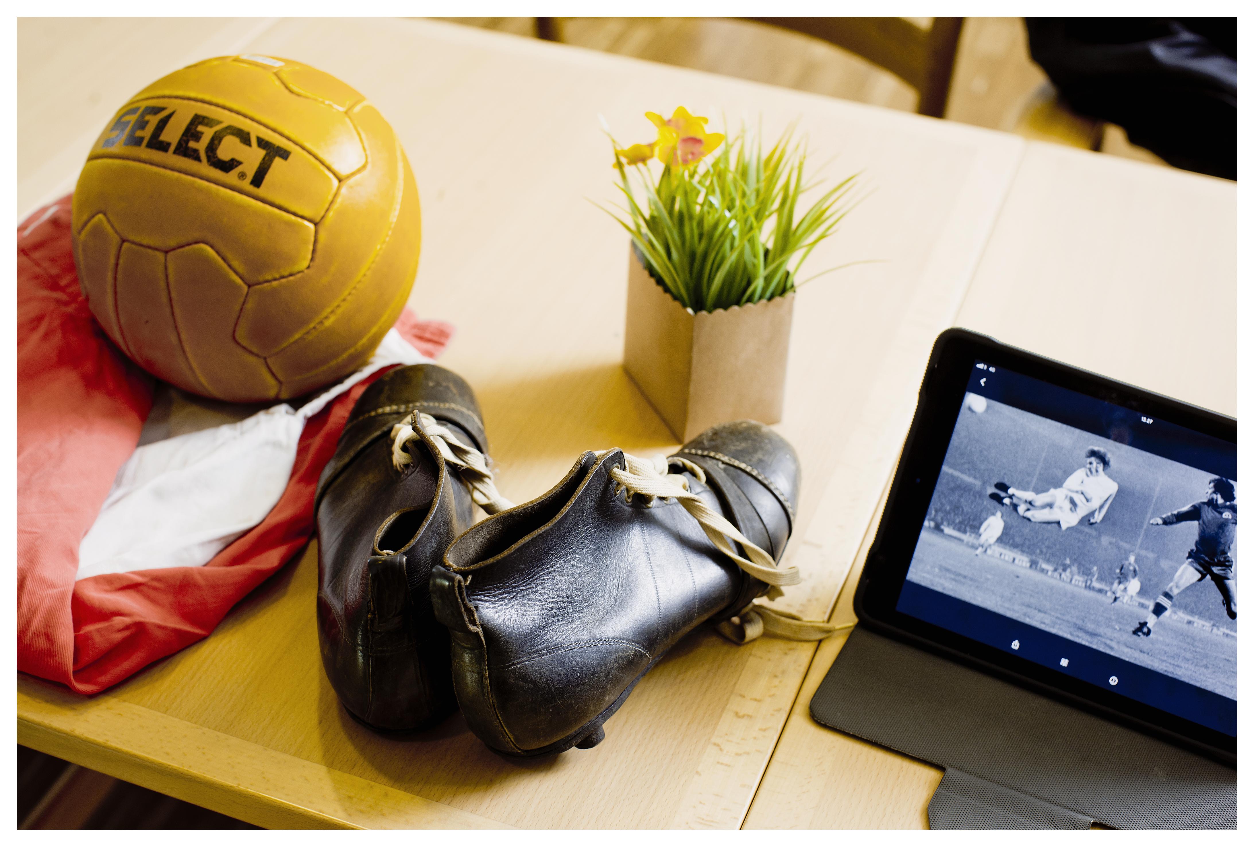 Fem demente herrer på Plejecenter Fælledgården i København møder hver tirsdag til fodboldtræning. Før de går ud og spiller, sidder de og taler om nogle fodboldartefakter, der vækker fodboldminderne til live.