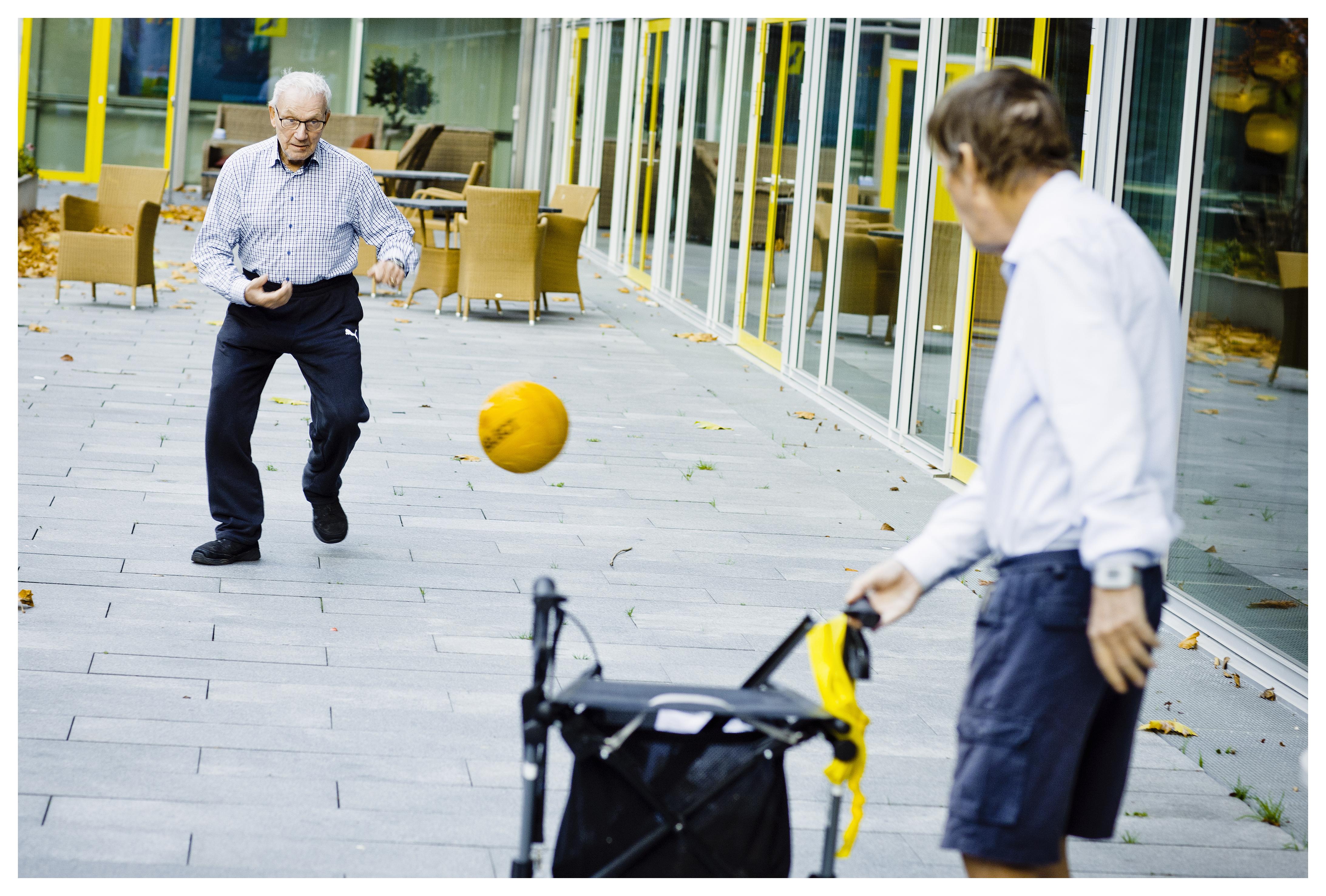 - Fysisk aktivitet er godt for mennesker med demens. Det bevarer deres sanser, og det giver dem en anden form for sammenhold, end hvis de bare sidder og snakker om sporten. I samtalegrupper er der altid en fagperson, der styrer. Det er der ikke på samme måde, når man spiller fodbold – der er fri leg, siger Jonas Holsbæk.