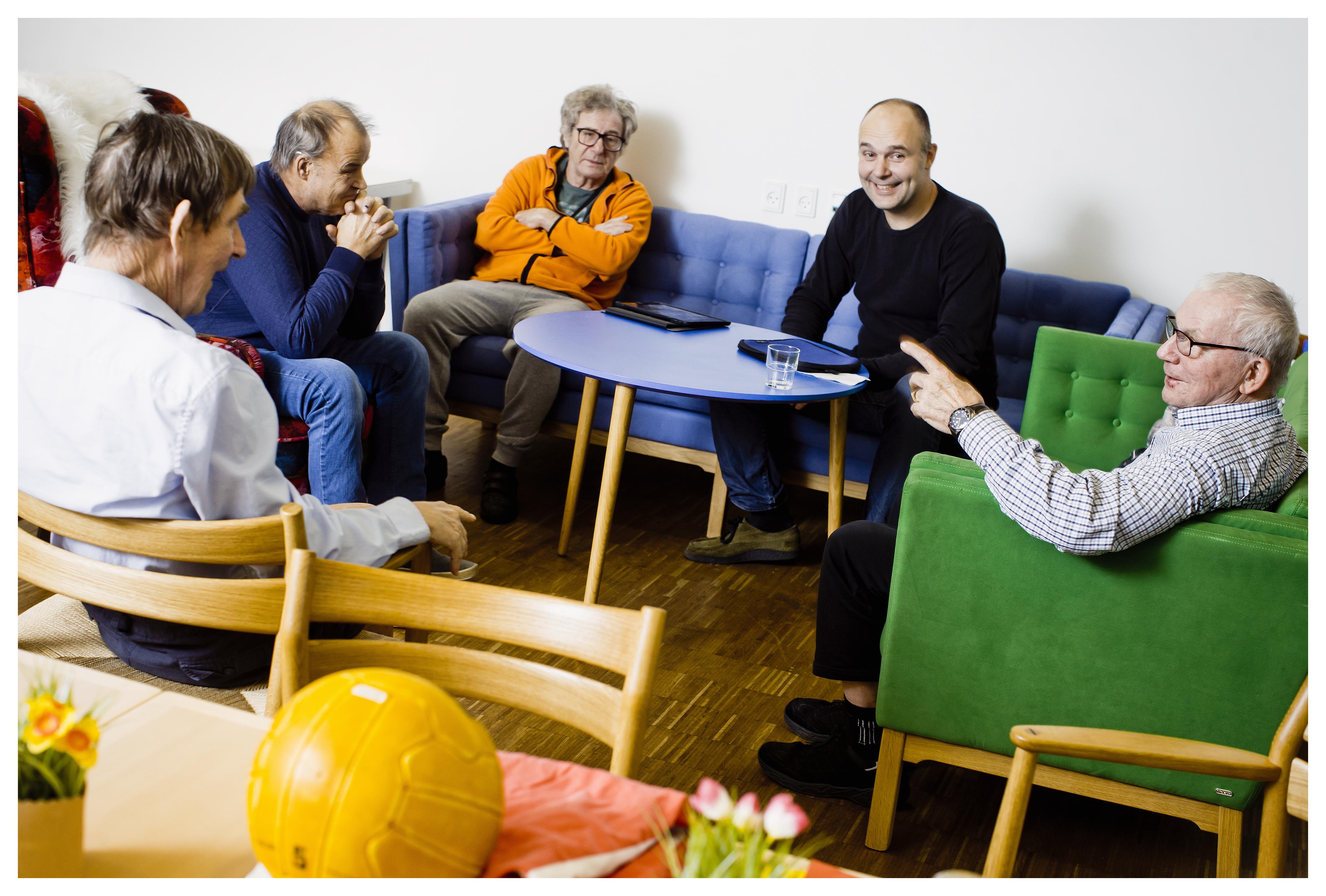 Fodboldtræningen består af tre dele: Først sidder de og taler om nogle fodboldartefakter for at vække fodboldminderne til live hos de demente borgere. Derefter går de udenfor med fodbolden og spiller lidt, og til sidst slutter de af med en snak om træningen.