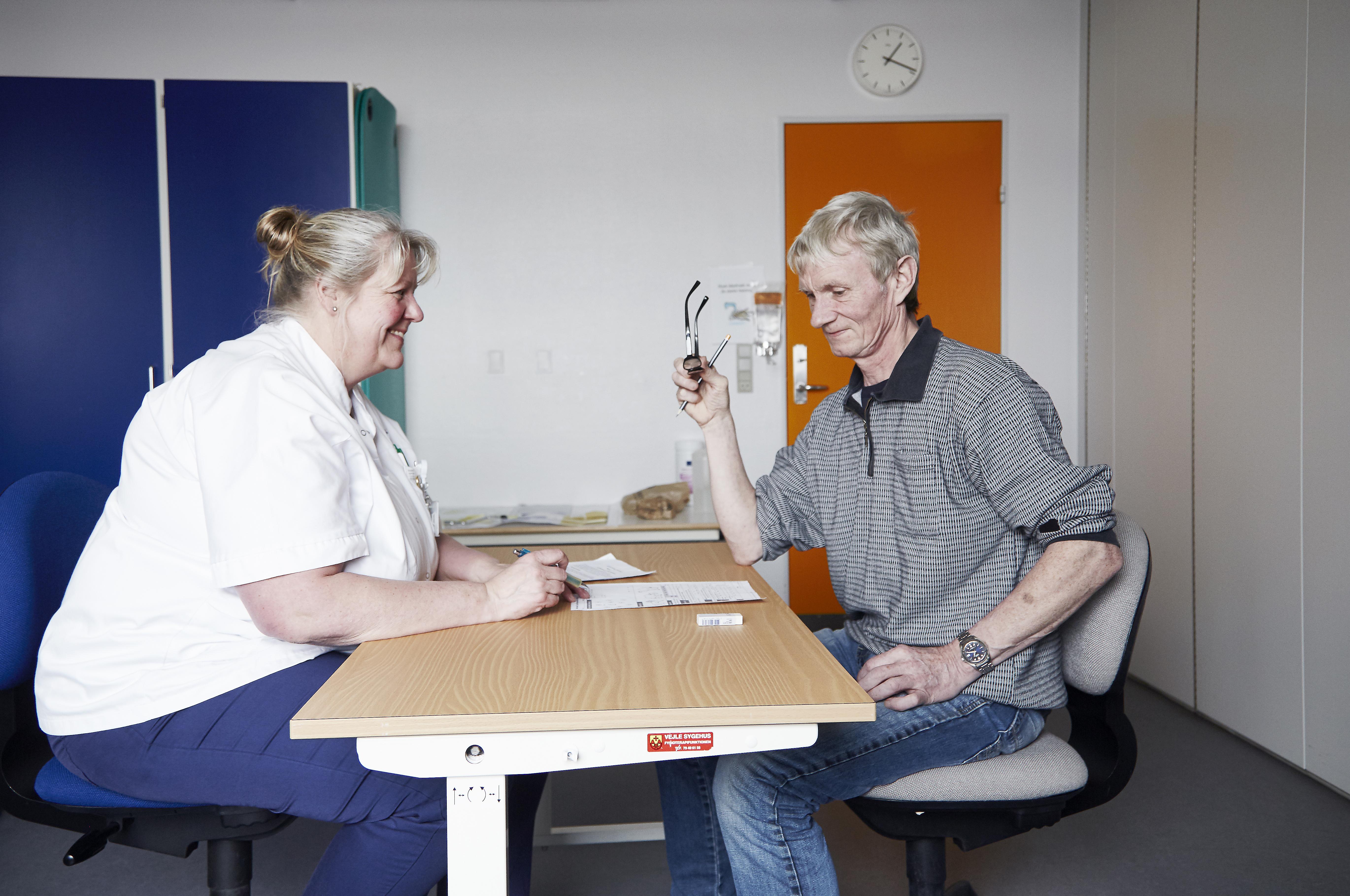 Ergoterapeut Lone Andersen gennemgik en MoCA-test med Bo Lundberg som led i Vejle Sygehus' nye initiativ for hjertestopoverlevere. Testen afslører nogle af de skjulte kognitive følger, der kan være efter hjertestop, som man først for ganske nylig er blevet bevidste om.