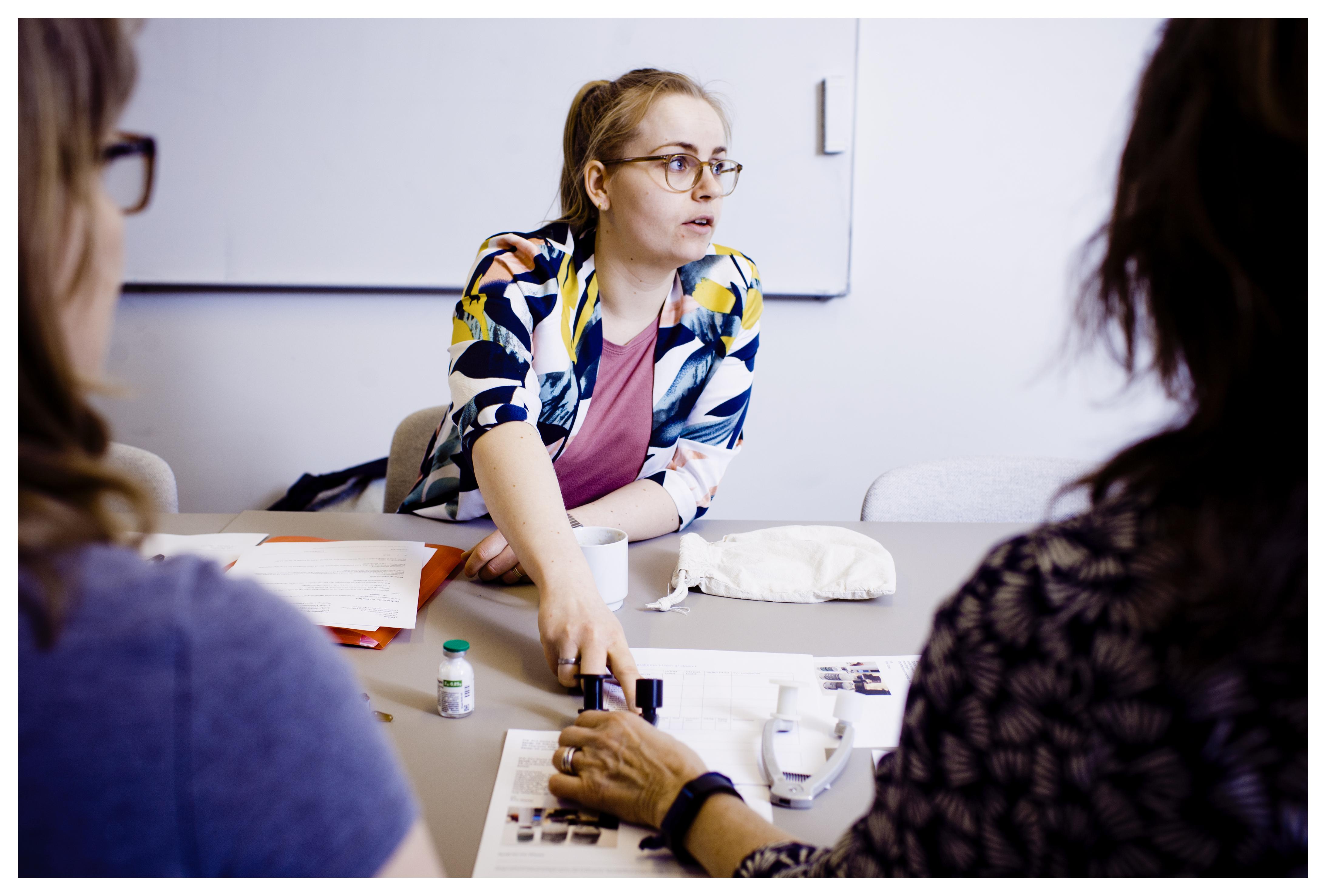 Mette Bidstrup har i sin praktiktid hos virksomheden InnoFlex besøgt forskellige sygehuse rundt i landet for at introducere dem til InnoFlex' velfærdsteknologiske produkter. Herunder ampullen.