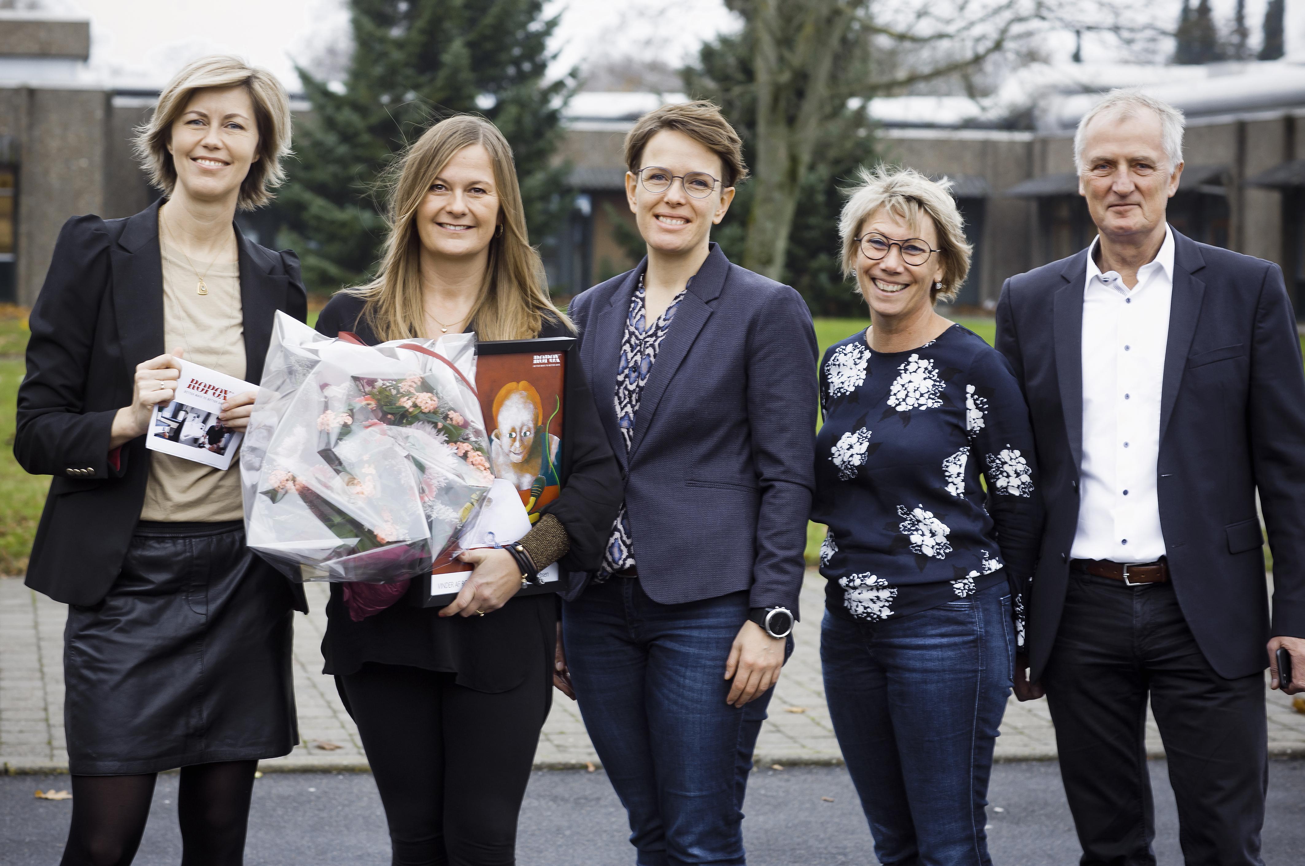 Line Lindahl-Jacobsen - i midten af billedet - fik årets ROPOX-pris. Hun er til højre flankeret af Etf's næstformand Lotte Lagoni, centerchef på Absalon Berit Whalsøe og Ropox-direktør Tommy Jensen. Længst til venstre er det international marketingkoordinator Camilla Svendsen fra Ropox.