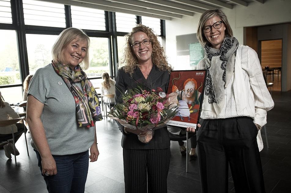 Jeanette Reffstrup Christensen har netop modtaget Ropox-prisen, som hun fik overrakt af Camilla Svendsen fra Ropox og Margrethe Boel, næstformand i Ergoterapeutforeningen.