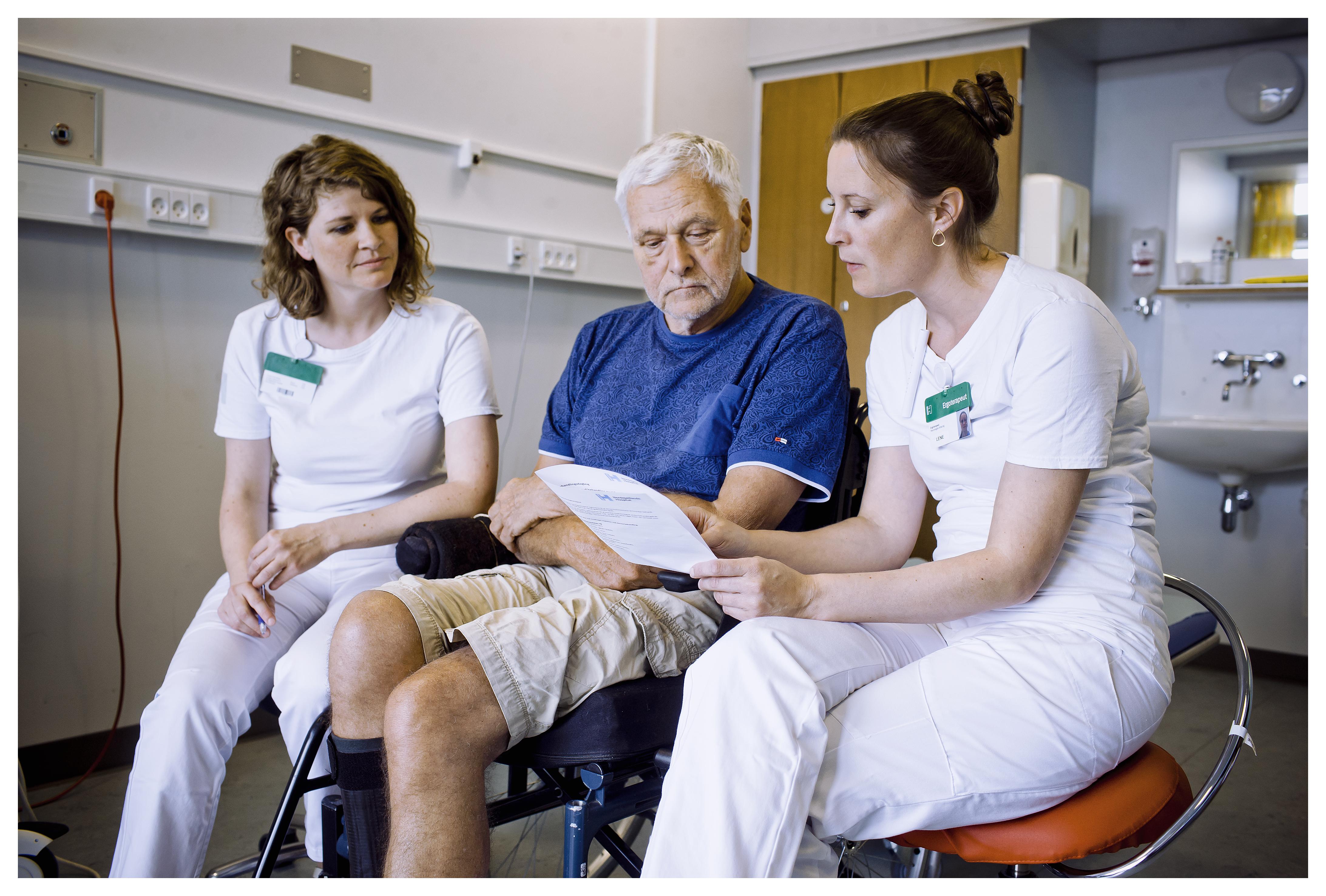 Behandlingsdagbogen indeholder aktivitetsbaserede mål for den enkelte patient.  Ergoterapeut Lene Møller Kristensen og fysioterapeut Trine Haastrup sætter målene i samspil med patienten og følger op på, hvordan det går med at nå målene.