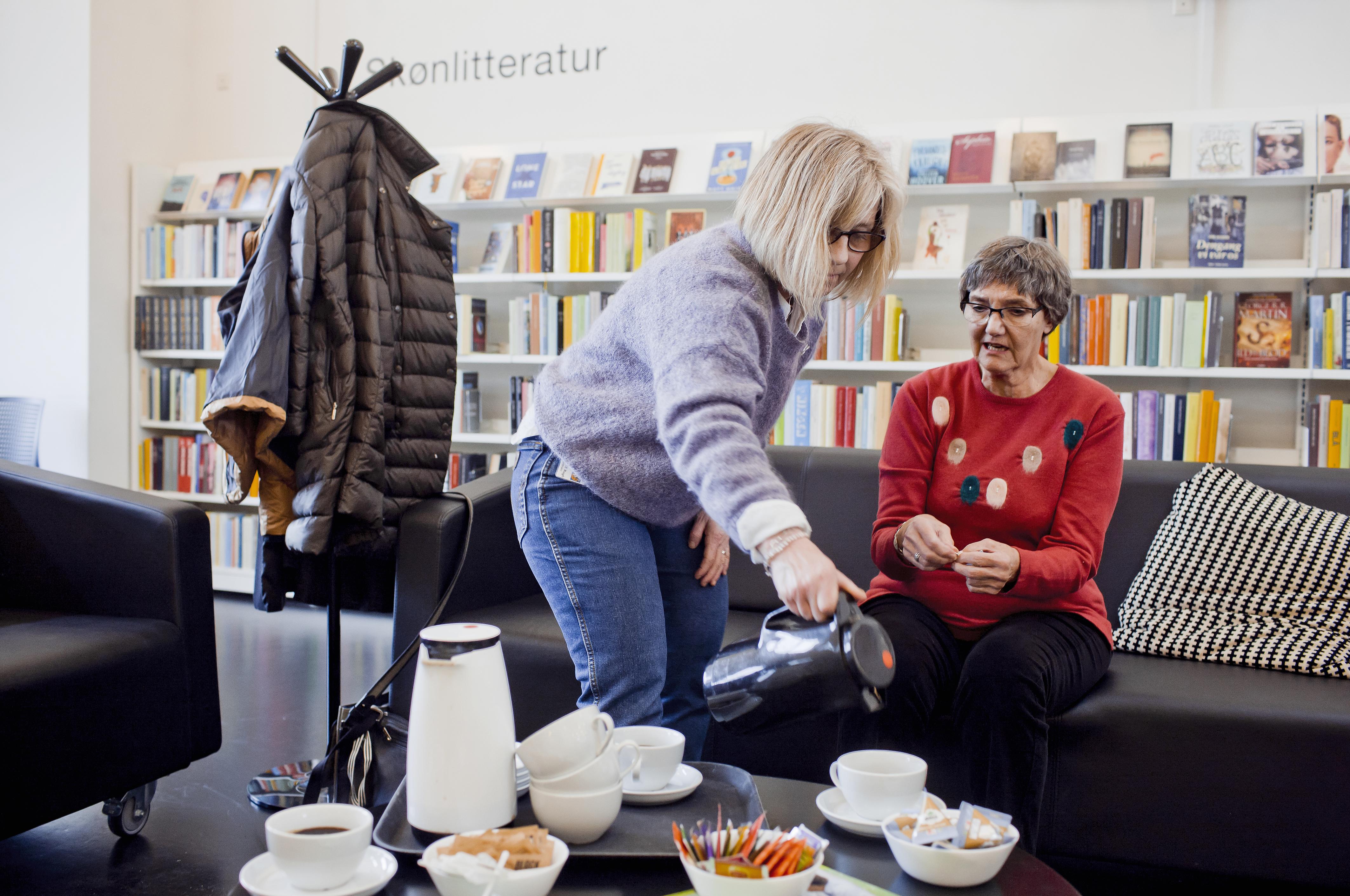 Demenskoordinator Charlotte Rugh og frivillig fra Bakkegårdens pårørenderåd Annelise Jørgensen tager imod i den åbne rådgivning om demens. Her er kaffe på kanden, og et par timer til snak og information.