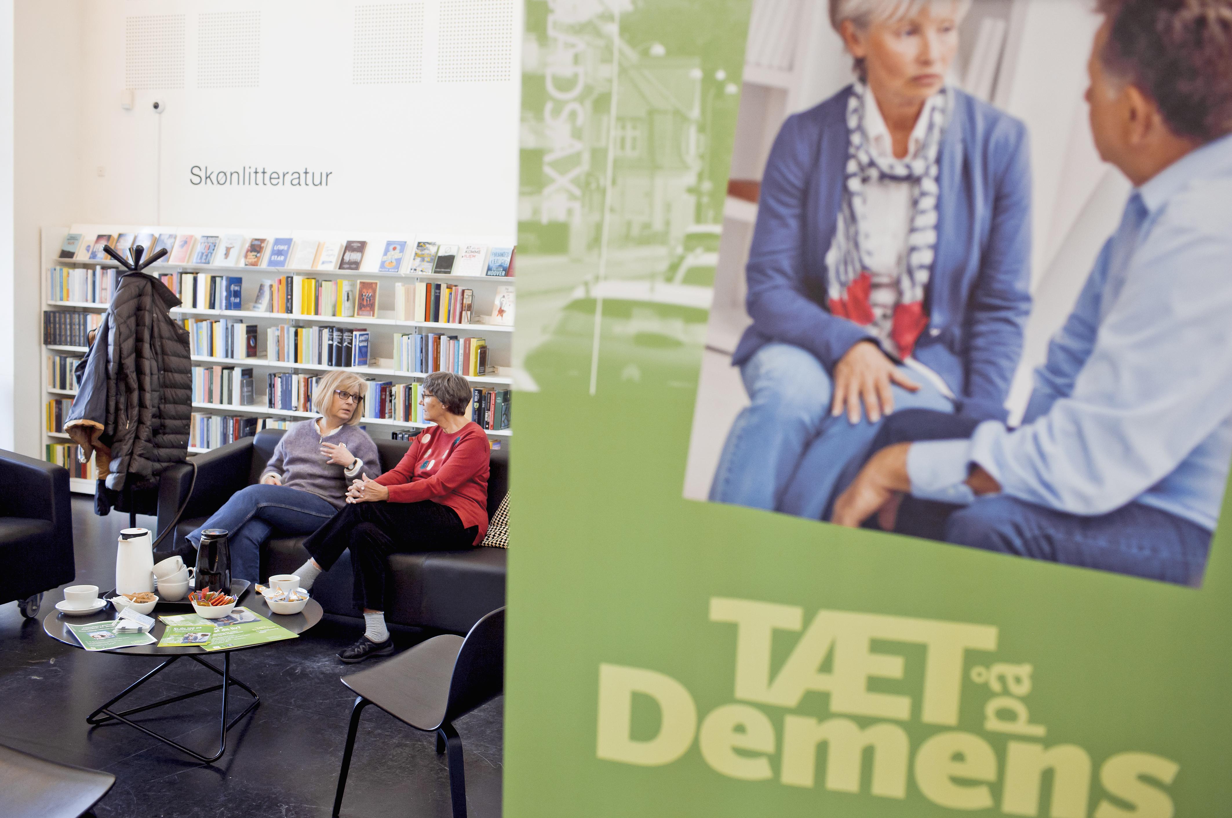 Den åbne rådgivning i et hjørne af Bibliografen i Bagsværd er en del af en indsats for at skabe en demensvenlig bydel. I rådgivningen kan pårørende få gode råd af demenskoordinator Charlotte Rugh samt frivillige.