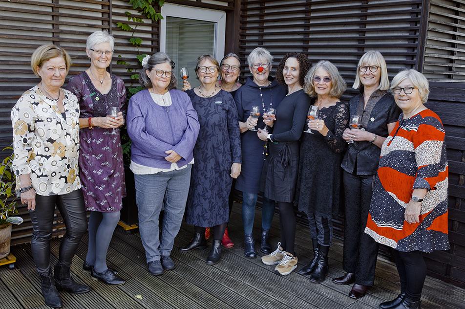 Samlet til 40-års jubilæum er det her fra venstre 10 af de 11 – den sidste var ikke til stede, da fotografen kom forbi: Jeanette Fisk, Kirsten Jacobsen, Birgit Homann, Karen Brantbjerg, Anne Bengtsson, Kirsten Calmann, Thea Pearl, Alice Vogel, Grethe Busk og Susan Mehlin.