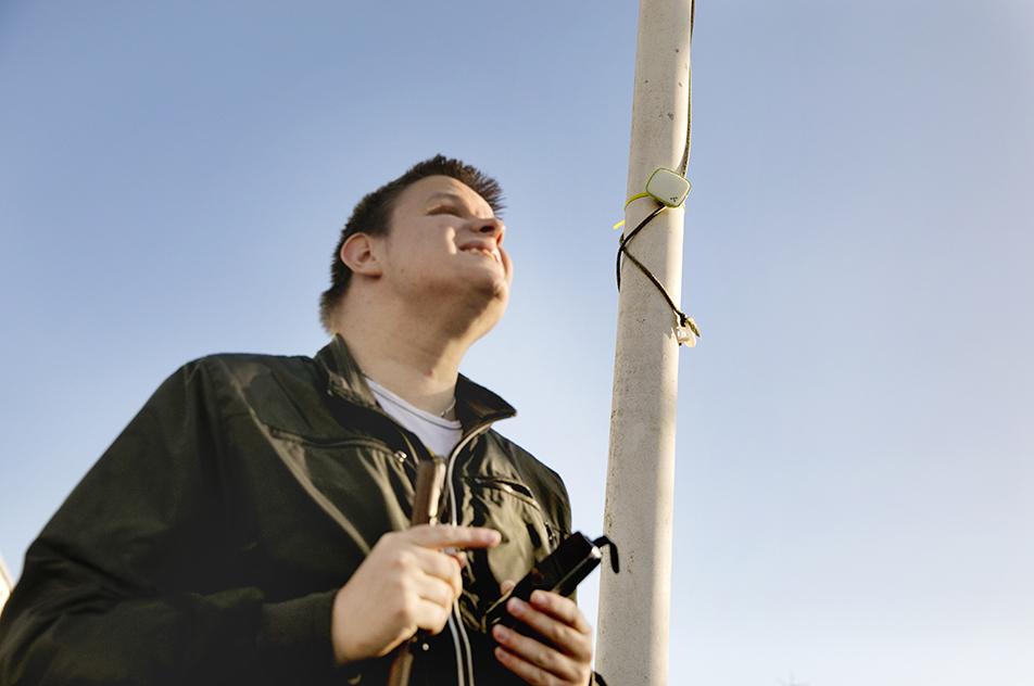 På Blindecenter Bredegaard hjælper ny teknologi beboerne, så de kan høre det, de ikke kan se. F.eks. er flagstangen forsynet med en sender, der aktiverer en app på Nicholas Schmidts mobil, når han går forbi.