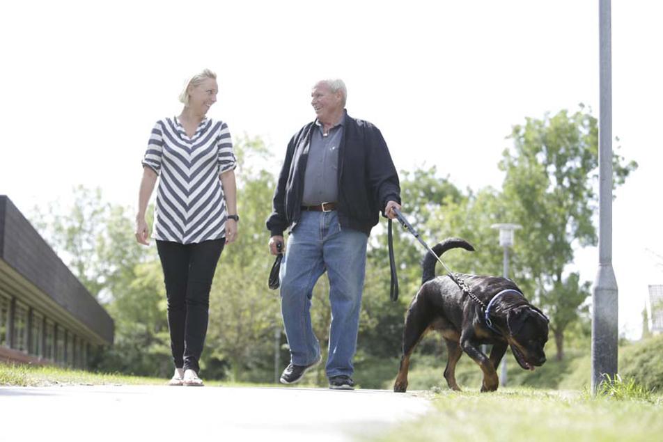 72-årige Frank Volder er glad for sin hund Sabina. Hun har været med til at holde ham i gang, siden han fik konstateret Alzheimer. Han går ofte tur med Sabina og Camilla Kristensen, ergoterapeut og demensvejleder.