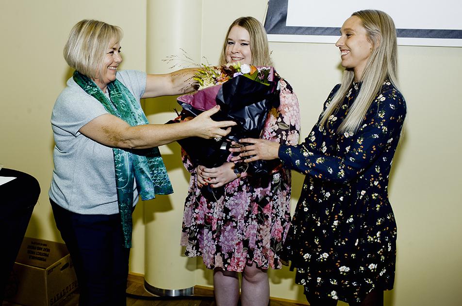 Etf's næstformand Margrethe Boel overrakte efterårets bachelorpris til Sarah Elisabeth Andersen og Maja Kjeldsmark Villadsen.