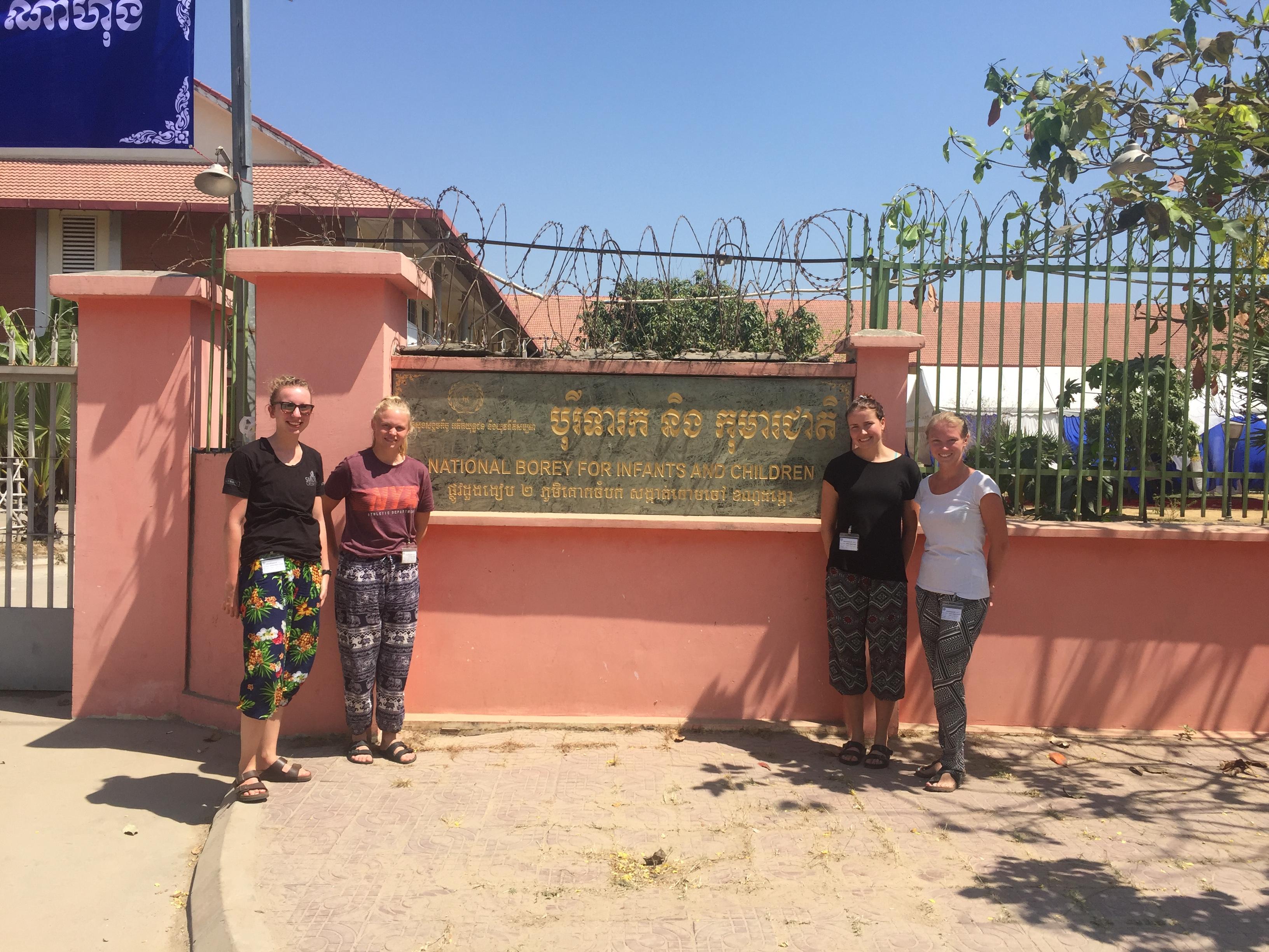 Fire ergoterapeutstuderende har været i praktik i Cambodja. Her blev observation et vigtigt redskab, og de blev kloge på kropssprog. Fra venstre: Emma Villsen, Cecilie Lybker, Mette Jasykiewicz og Monica Leisgaard.