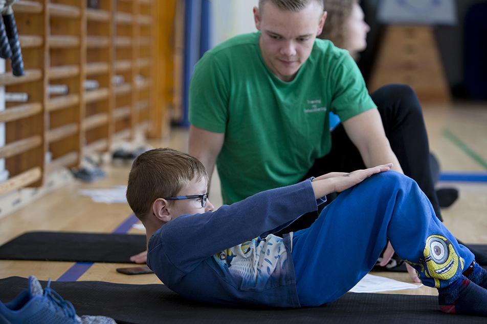 Ergo- og fysioterapeuter fra Sundhedscenter Kolding screener børns motorik, inden de begynder på Vonsild Skole. Har de problemer, træner de på et motorikhold to gange om ugen. Børnene bliver gladere og bedre elever.