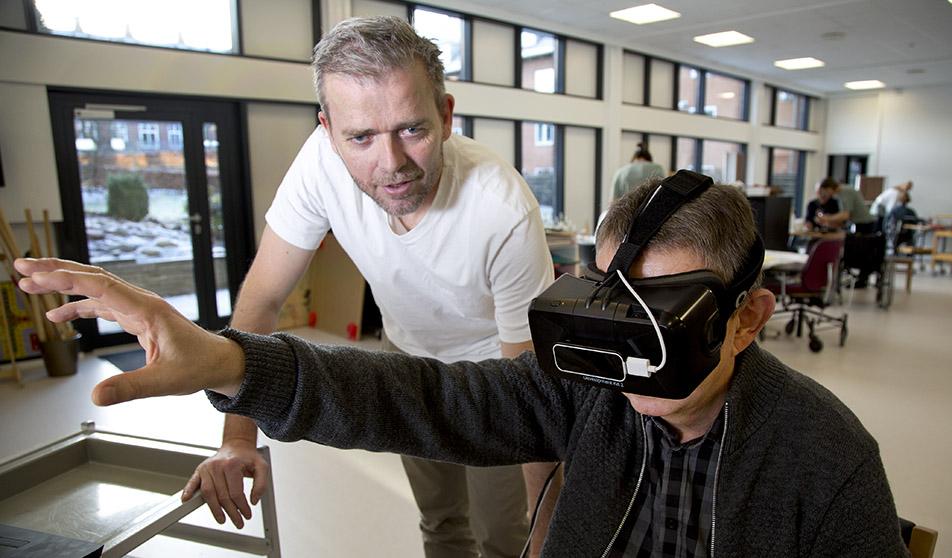 En gruppe medarbejdere på Hammel Neurocenter tog initiativ til et udviklingsprojekt, som har højnet kvaliteten i den ergoterapeutiske undersøgelse og givet fælles sprog. Leder Jim Jensen bakkede op om projektet - her er han fotograferet i et andet projekt med Virtual Reality.