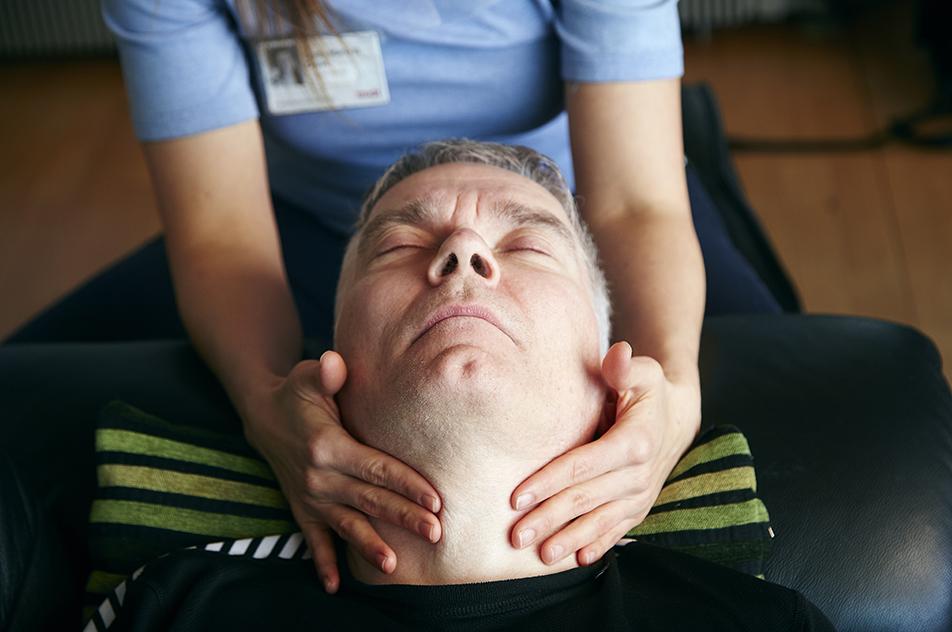 Henrik Hasselholt Jørgensen bruger mange kræfter på at kommunikere og har voldsomme spændinger i halsmuskulaturen. Derfor har han brug for 15-20 minutters udspændingstekniske øvelser, inden spisetræning.