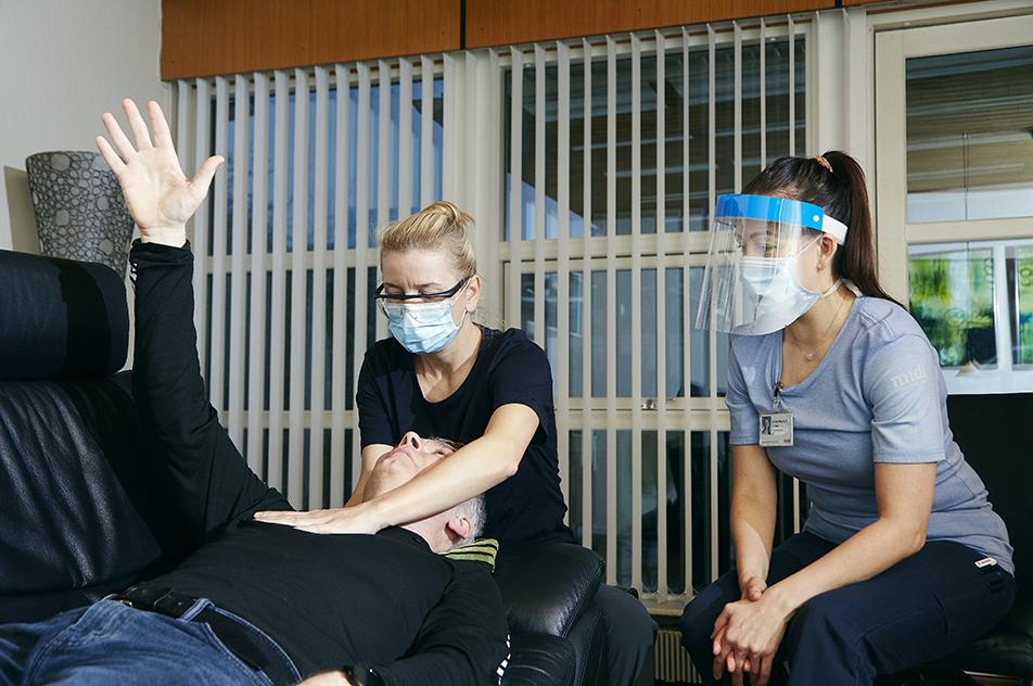 Astrid Helene Daugård (til venstre) er ergoterapeut i Randers Kommune og er kommet i Henriks hjem siden forsommeren 2020. Her får hun supervision af Linda-Maria Delgado Grove fra Hammel Neurocenter.