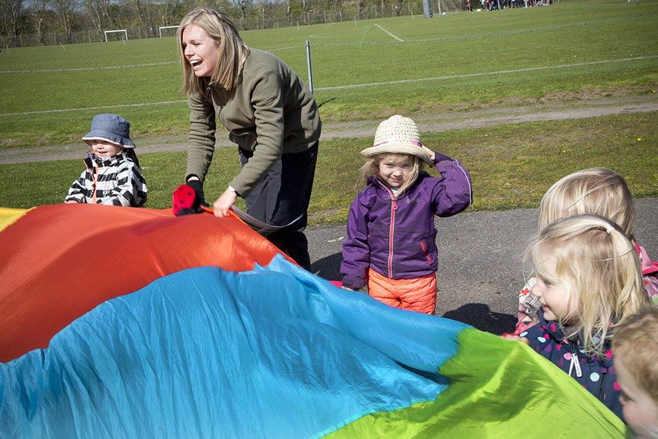 800 daginstitutioner i Danmark benytter Hoppeline, der er et fysisk aktiverende fortælleunivers udviklet af børneergoterapeut Lise Hostrup Sønnichsen.