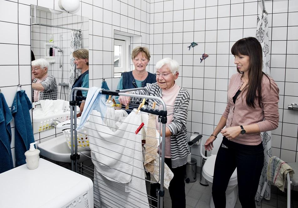Et af Grethe Hansens mål for egen rehabilitering var at kunne vaske tøj og selv hænge det op.