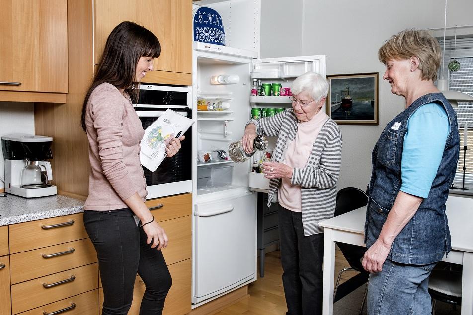 En fyldt karaffel hjælper Grethe Hansen med at huske seks glas vand om dagen.