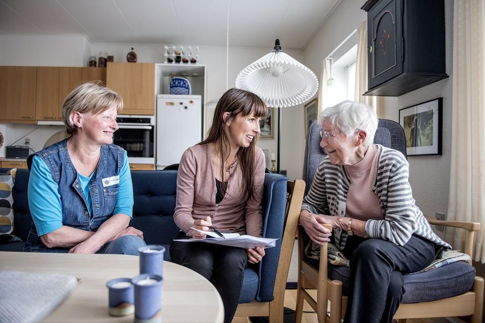 Hvordan er det gået siden sidst? Sosu-assistent Annette Pedersen og ergoterapeut Janni Klitgaard Jensen er på besøg hos 91-årige Grethe Hansen i Hjørring.