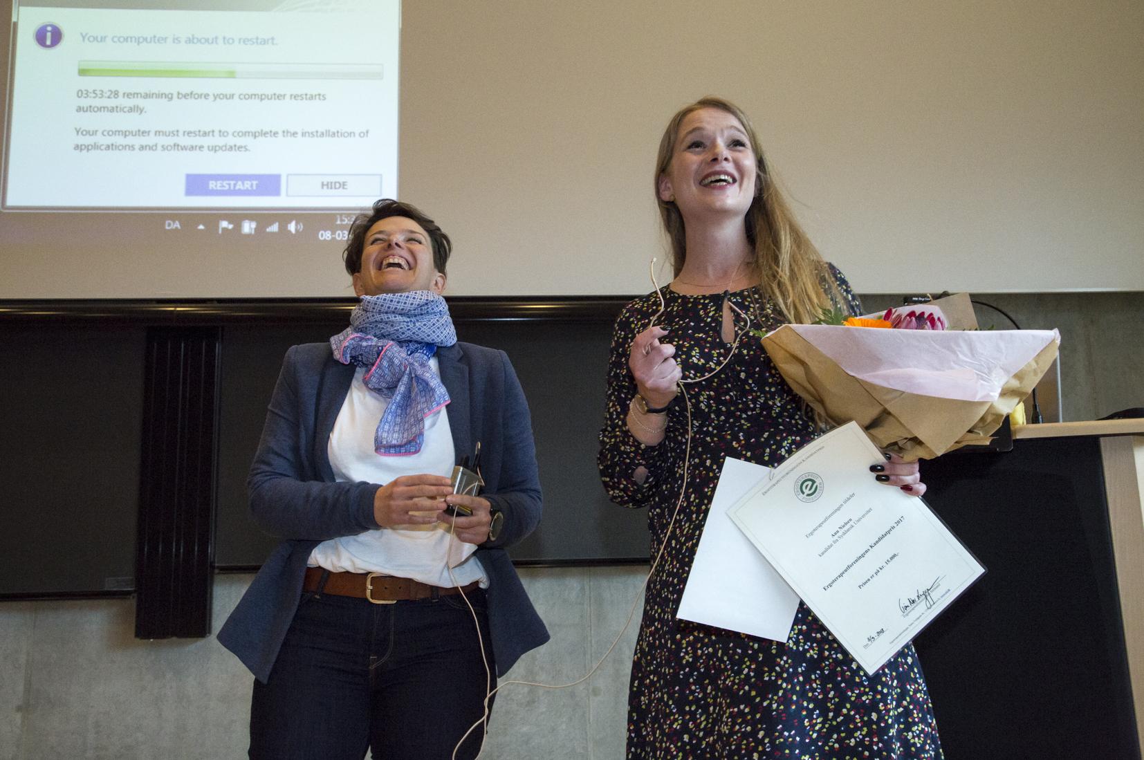 Vinder af Ergoterapeutforeningens kandidatpris 2018 blev Ann Nielsen, der fik prisen overrakt af næstformand Lotte Lagoni.