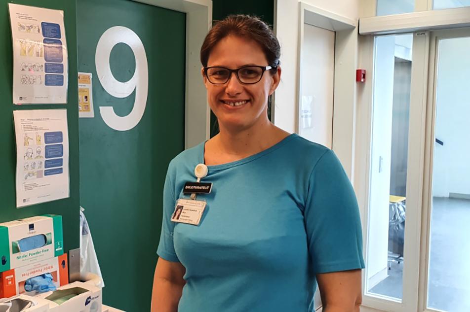 Lenette Hesselholt Skov har i halvanden uge arbejdet med Covid-19-patienter. - Det er learning by doing, men stemningen er, at alle hjælper hinanden uanset faggrænser, fortæller hun.