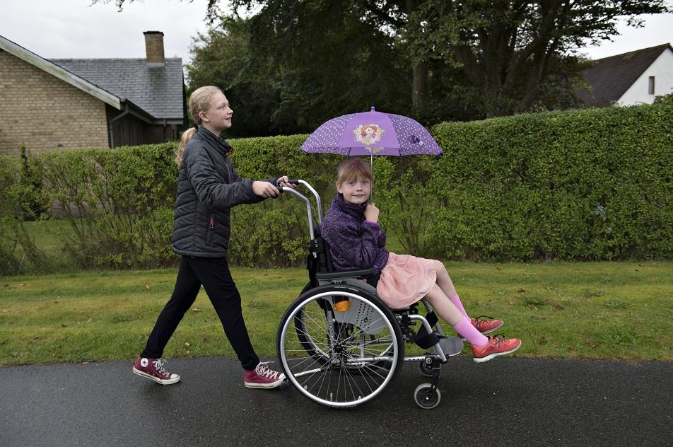 Mine almindelige kammerater ved ikke, hvad det vil sige at have en lillesøster, der er handicappet, og derfor er det underligt at snakke med dem om det, fortæller hun.