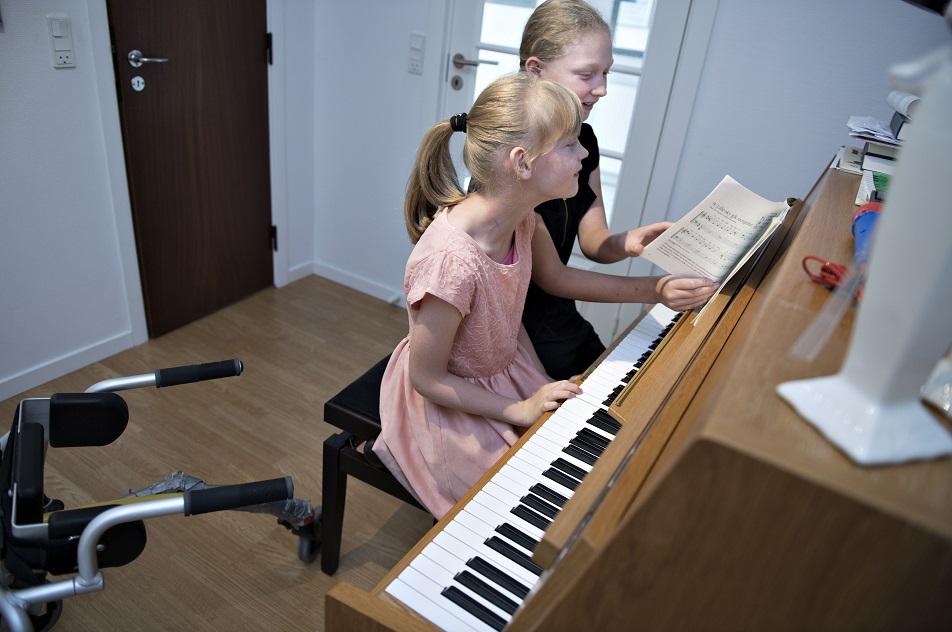 Pernille og Marianne går ikke i skole sammen, men indhenter det forsømte, når de har fri.