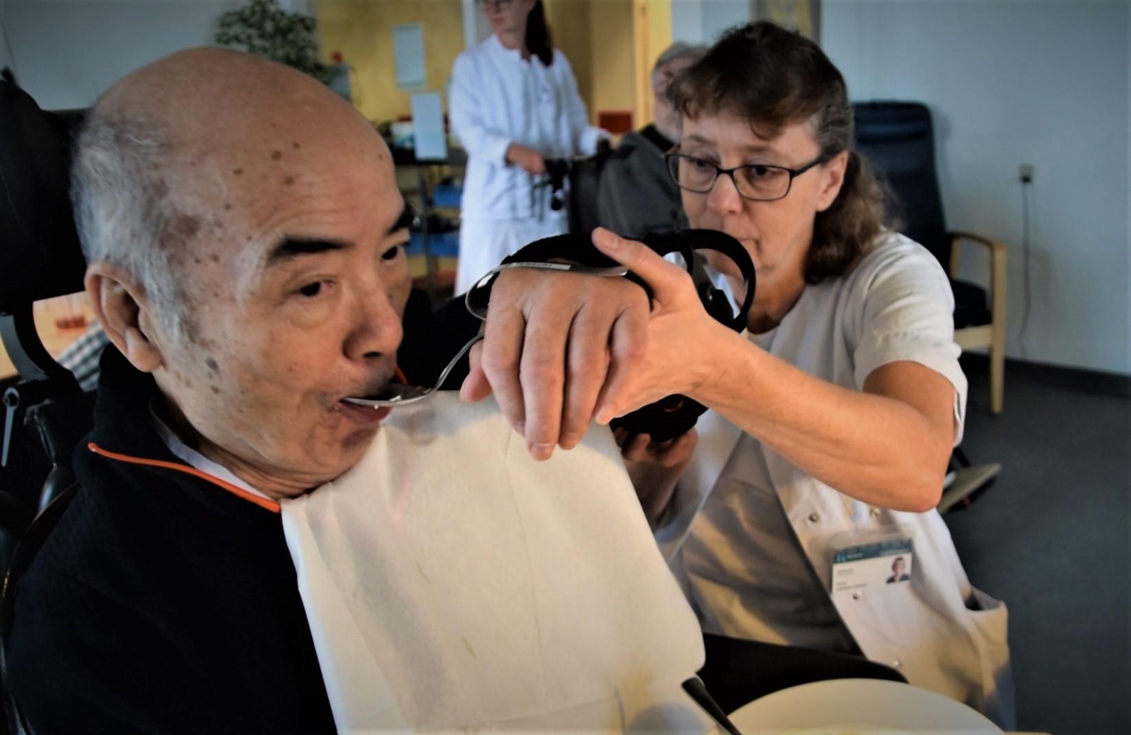 Peter Liu har ikke styrke nok i armen til at kunne spise selv, men armstøtten Dowing hjælper ham godt på vej ved at initiere bevægelsen og samtidig træne armens led og muskler.