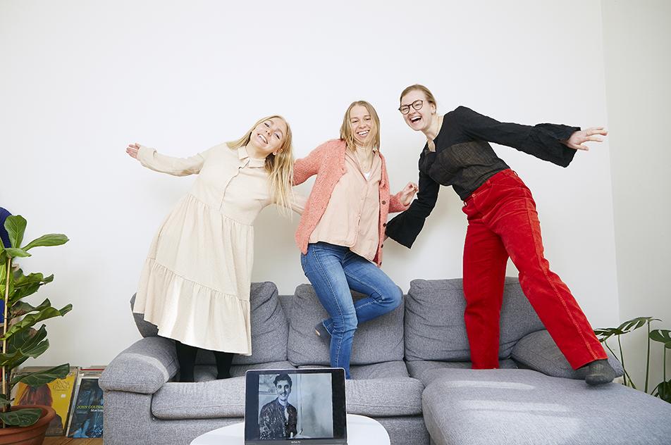 Amalie Kjær, Lotte Bjerremand og Karoline Svendsen - og Oliver Boysen på skærmen vandt bachelorprisen for et projekt om uønsket seksuel opmærksomhed.