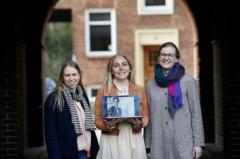 Modtagerne af årets bachelorpris kunne ikke være fysisk samlet, da den ene, Oliver Boysen, har fået job i Norge. Her ses fra venstre Amalie Kjær, Lotte Bjerremand og Karoline Svendsen, mens Oliver er med via skærm.