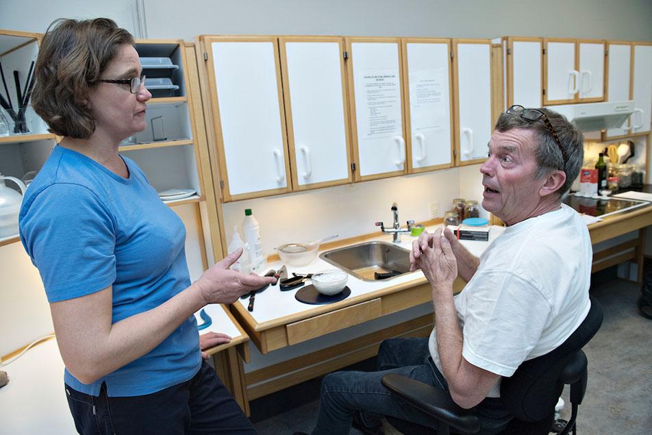 På Sclerosehospitalet i Ry hjælper ergoterapeut Ulla Johnsen sklerosepatient Finn Pedersen med at lære nye aflastningsstrategier at kende, så han kan komme til at lave mad igen hjemme i sit eget køkken.