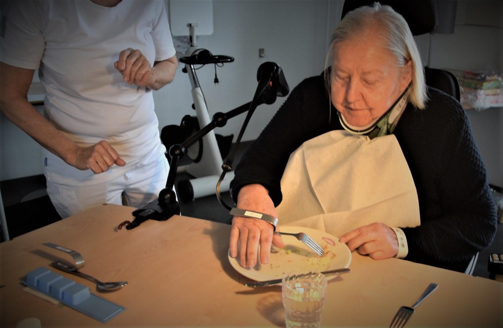 Signe Ilsøe er gået fra ikke at kunne spise uden støtte til at kunne spise selv med hjælp fra armstøtten Dowing. Det samme er tilfældet for andre patienter på Afdeling for Rygmarvsskader.