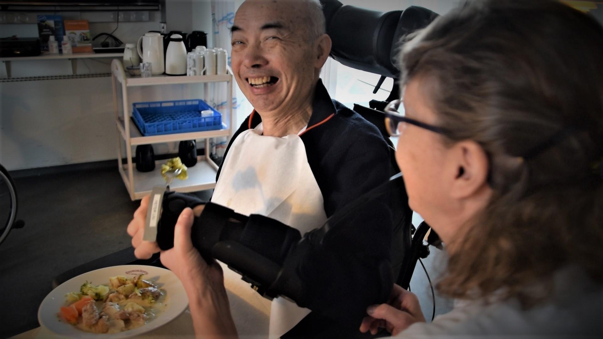 Selvom Peter Liu ikke kan spise uden støtte, er det alligevel bedre at spise med hjælp fra armstøtten end at skulle mades af personalet, mener han. Det giver en følelse af selvstændighed.