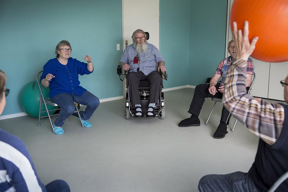 Efter at tidligere ergoterapeut Margrethe Trøst fra Brobyværk fik Parkinsons Sygdom, har hun oprettet sit eget gymnastikhold for Parkinsonramte, og her er plads til både små skridt, store armbevægelser og åben snak.