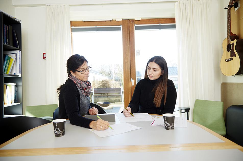 Med et hurtigt kig i tryghedsplanerne kan Dorthe Jespersen (tv) og Sinem Karaman hurtigt vurdere en beboers adfærd.
