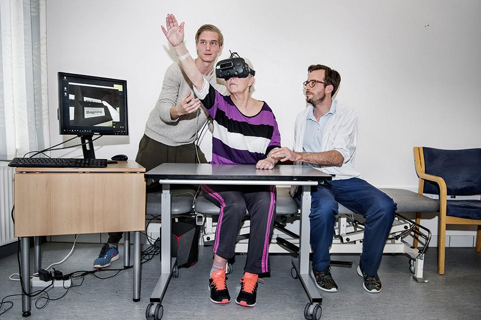 På neurorehabiliteringsafdelingen på Grindsted sygehus kan patienterne forsøge sig med ADL-øvelser som kaffebrygning og rengøring i en virtuel verden. Afdelingen er nemlig med i et projekt, der inddrager Virtual Reality i rehabiliteringen.