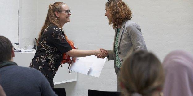 Tina Nør Langager overrakte 4. marts Kandidatprisen 2018 til Mia Dahl Jensen.